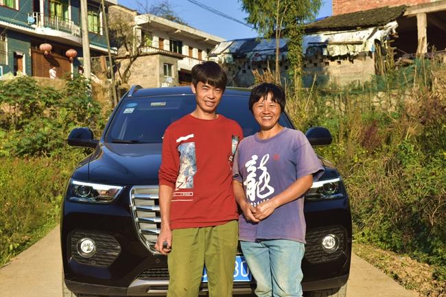 林茂云夫妇与他们购买的新车(江春健 摄).jpg