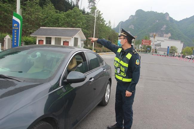 2020年5月1日,镇远南收费站,路政为驾驶员提供道路指引。凯里高速公路管理处镇远路政执法大队(杨 富  摄).JPG
